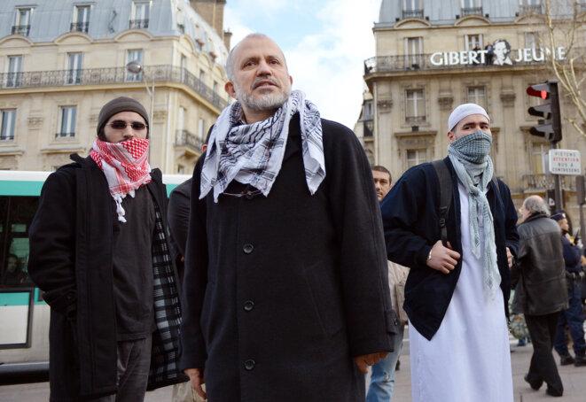 Abdelhakim Sefrioui (au centre) lors d'un rassemblement pour la Palestine organisé par son collectif, à Paris, en 2012. © Miguel Medina / AFP