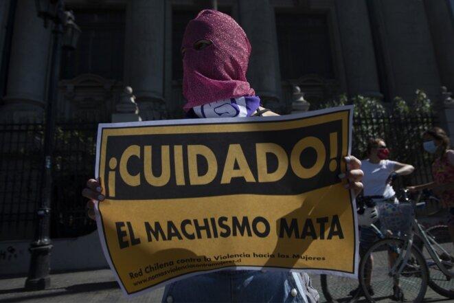 Une femme manifeste à Santiago le 18 octobre pour le premier anniversaire du mouvement social. «Le machisme tue». © CLAUDIO REYES/AFP
