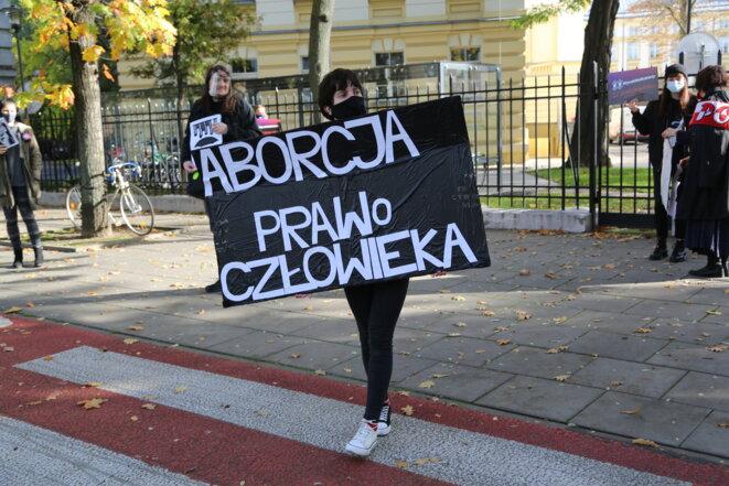 Une manifestante pro-avortement devant le tribunal constitutionnel à Varsovie. Sur la pancarte : « Avortement. droit de l'homme ». © HB