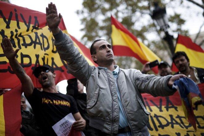 Dans le sillage de la crise catalane, l'extrême-droite espagnole réapparaît dans les institutions mais aussi dans la rue