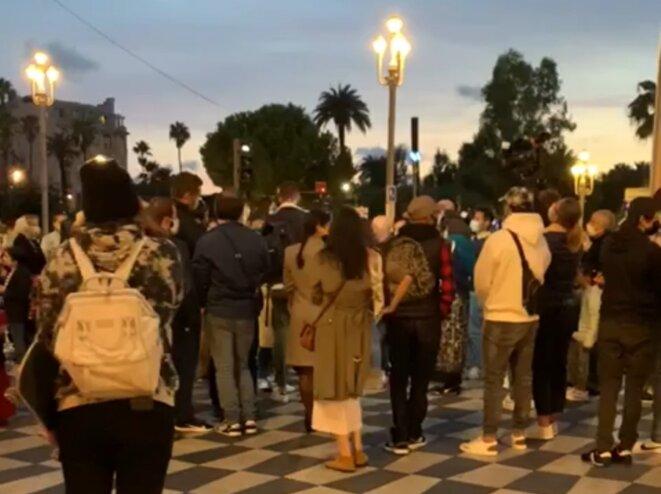 Environ 70 Tchétchènes étaient rassemblés lundi 19 octobre place Masséna à Nice pour rendre hommage à Samuel Paty. © KE