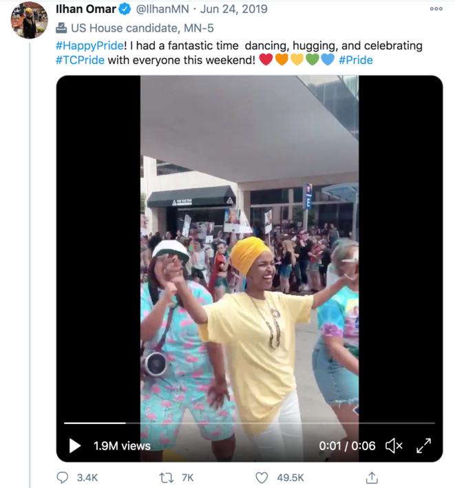 La Représentante Ilhan Omar dansant à une Marche des Fiertés en 2019