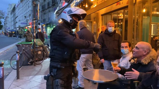 Capture écran du reportage de Clément Lanot intitulé « Coronavirus : la BRAVM évacue une terrasse et ses clients », tourné et diffusé le 24 octobre 2020. © Clément Lanot