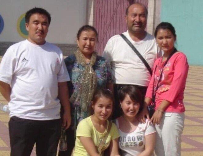Ghopur Hapiz, au dernier rang, 2e à droite, et Fatima Abdulghafur, au premier rang, 2e à gauche, sont visibles dans la ville de Kashgar, dans le Xinjiang, sur cette photo non datée. (Photo reproduite avec l'aimable autorisation de Fatima Abdulghafur)