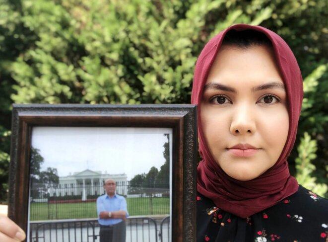 Subi Mamat Yuksel tient une photo de son père, Mamat Abdulla, en Virginie en avril. (Photo reproduite avec l'aimable autorisation de Subi Mamat Yuksel)