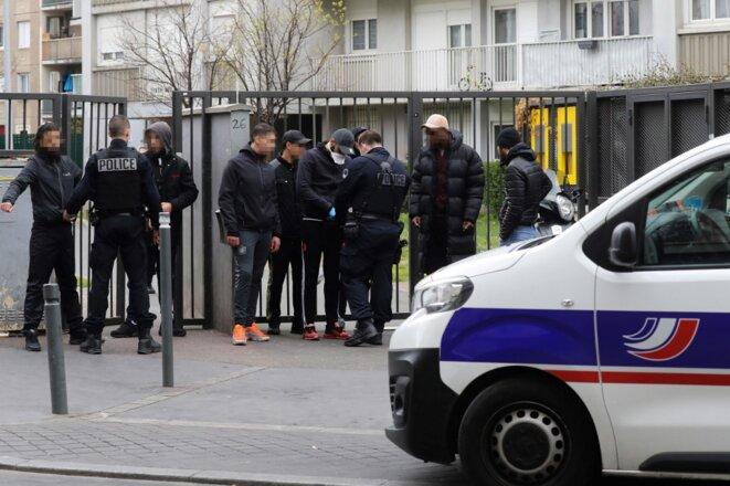 Des agents de la CSI 93 procèdent à des contrôles le 2 avril, à Saint-Ouen (Seine-Saint-Denis). © Ludovic Marin / AFP