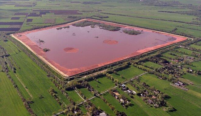Bassin de rétention de boue rouge de la société Dadco Alumina and Chemicals à Stade en Allemagne © Wikipedia