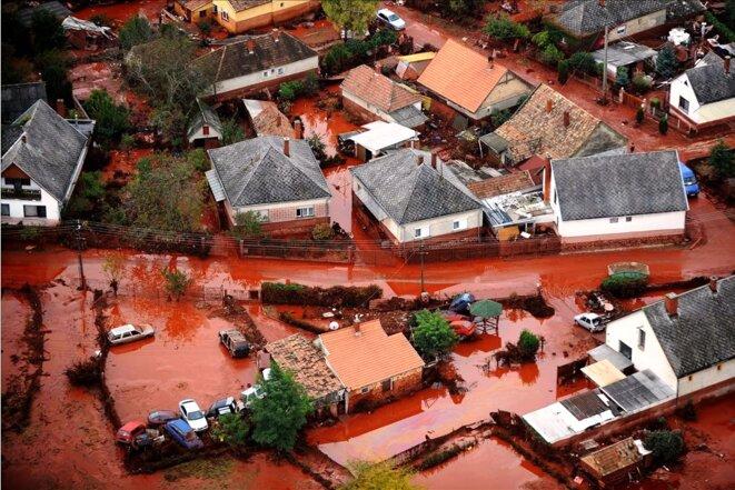 Le village de Kolontar submergé par la coulée de boue rouge. © MTI - Sándor H. Szabó