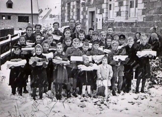 Enfants de Staffelstein en Allemagne recevant les secours de la Croix-Rouge [Archives fédérales de Berne]