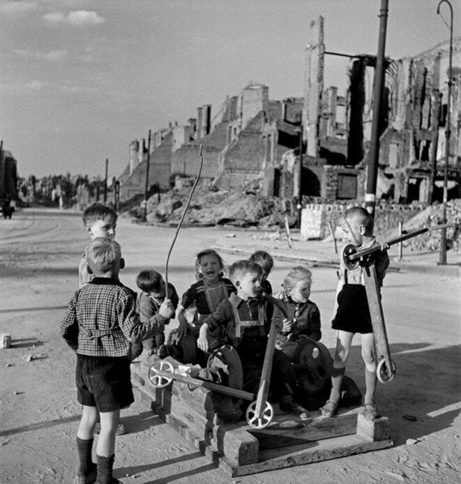 Enfants jouant dans les ruines de Berlin, 1946.