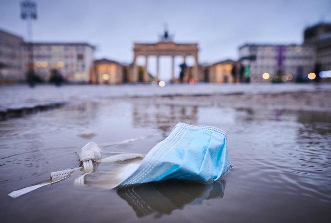 Una mascarilla frente a la Puerta de Brandenburgo en Berlín, el 23 de octubre de 2020. © Annette Riedl/DPA/dpa Picture-Alliance vía AFP