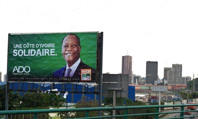 Une affiche de la campagne d'Alassane Ouattara, le 28 octobre 2020, au Plateau, le quartier d'affaires d'Abidjan. © Issouf Sanogo / AFP.