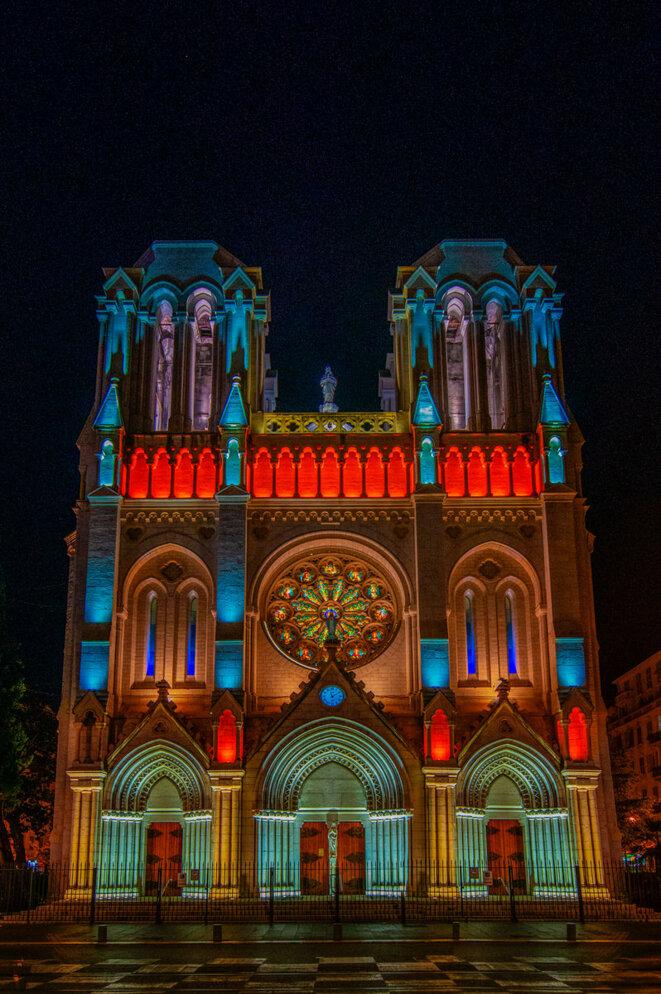Basilique Notre Dame de Nice, vue de nuit, lumières allumées © X