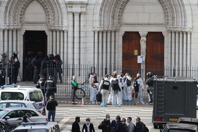 La unidad RAID entra en la basílica de Notre-Dame de Niza tras el ataque con cuchillo. © AFP