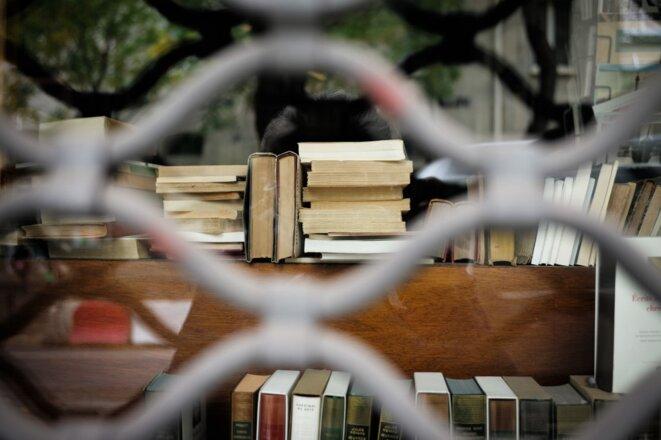Une librairie fermée dans le XXe arrondissement de Paris. © Marie Magnin / Hans Lucas via AFP