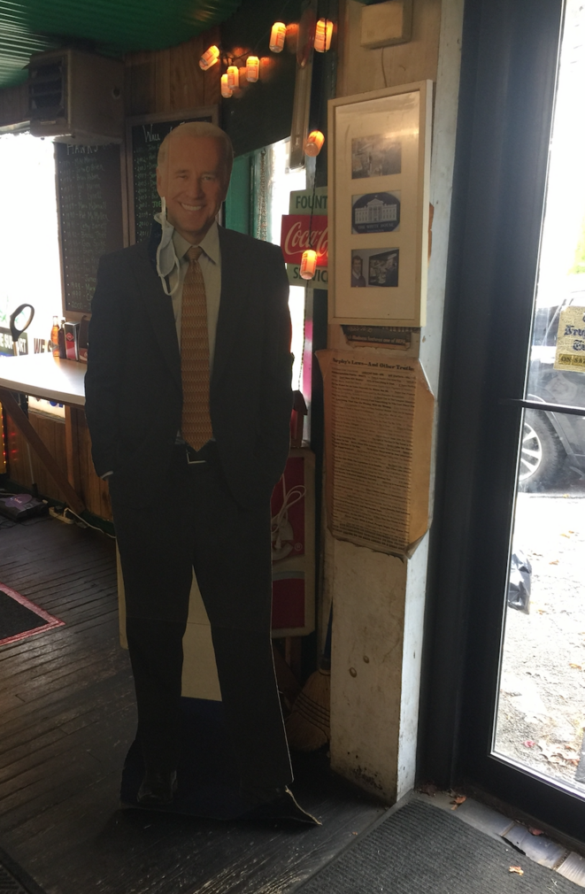 Un Biden en carton à l'entrée de l'épicerie Hank's de Scranton. © AB