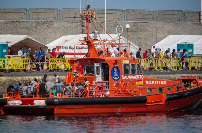 Un navire des gardes-côtes espagnols avec des migrants à bord arrive au port d'Arguineguin, après leur sauvetage au large des îles Canaries le 8 septembre 2020. © DESIREE MARTIN / AFP