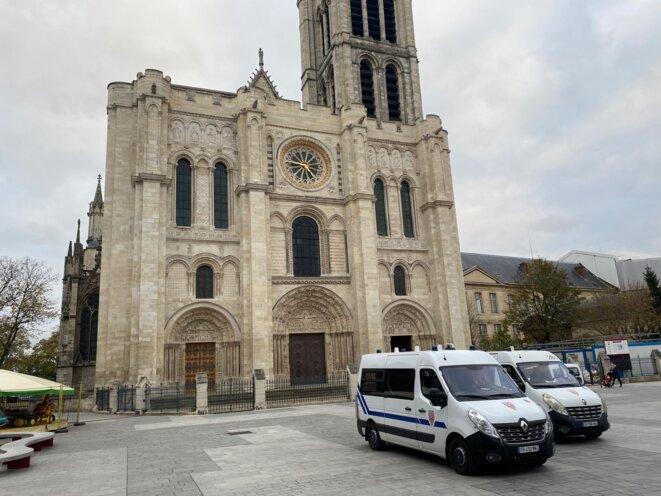 La Basilique de Saint-Denis sous protection policière, le 29 octobre 2020. © IR / Mediapart