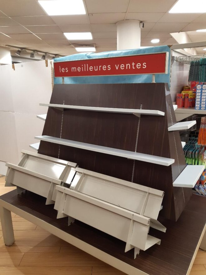 Rayon livre d'un supermarché de Bourg-la-Reine (92), 31 octobre 2020 © PC