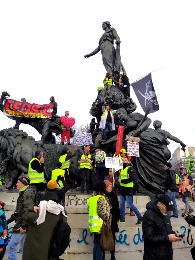 """Statue """"Le triomphe de la République"""", place de la Nation, Paris 11 janvier 2020, Manifestation Gilets Jaunes en mémoire à Cédric Chouviat, tué une semaine plus tôt par étouffement lors d'un contrôle de police © Hugues Bazin"""
