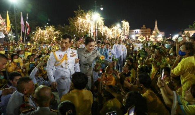 Le roi Maha Vajiralongkorn et la reine Suthida de Thaïlande accueillent les partisans à l'extérieur du Grand Palais de Bangkok. (AFP)