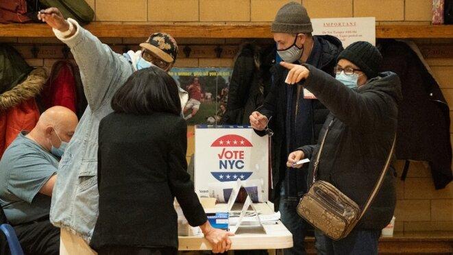 Dans un bureau de vote de New York mardi 3 novembre 2020. © Bryan R. Smith / AFP