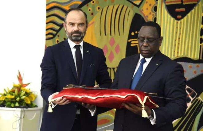 Dakar, le 17 novembre 2019. L'ancien premier ministre français Edouard Philippe remet au président sénégalais Macky Sall le sabre dit d'El-Hadj Oumar Tall, pour un prêt de longue durée. © SEYLLOU/AFP