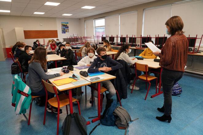 Lecture de la lettre de Jean Jaurès en hommage à Samuel Paty, au collège Jean-Rostand d'Armentières le 2 novembre 2020. © SYLVAIN LEFEVRE / Hans Lucas / Hans Lucas via AFP