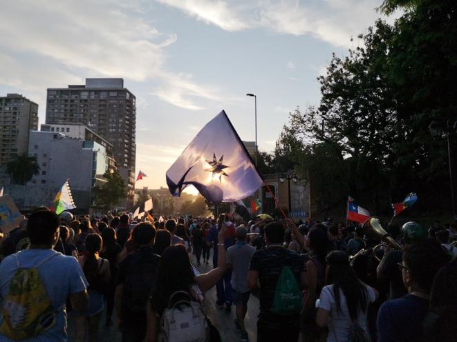 Le drapeau mapuche lors d'une manifestation Avenue Bernardo O'Higgins © Théo Guéret