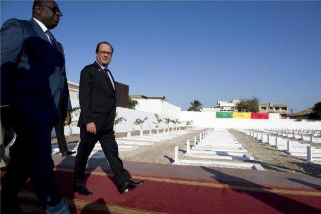 François Hollande et Macky Sall  devant les tombes anonymes du cimetière militaire à Thiaroye, le 30 novembre 2014