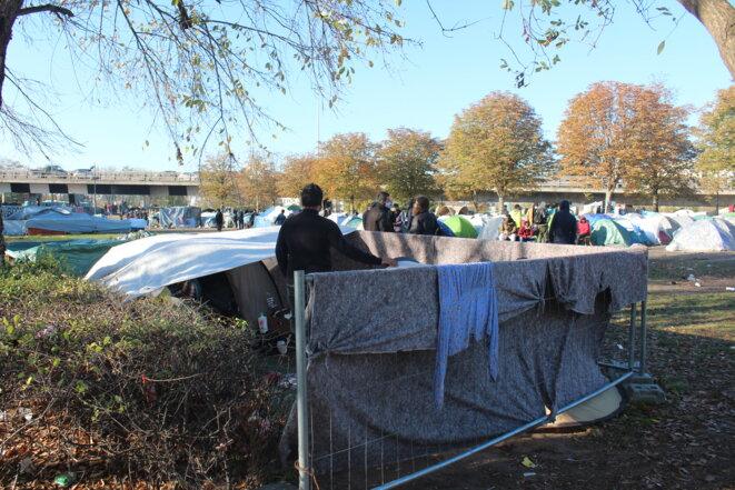 Abdur a créé son propre espace à l'intérieur du camp pour mettre en sécurité sa famille. © NB.