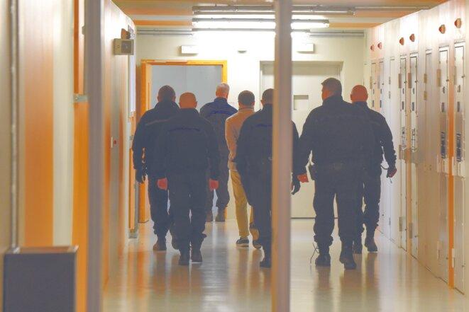 Au QER de Vendin-le-Vieil, un détenu escorté de 6 agents pénitentiaires. © Marc Chaumeil/Divergence