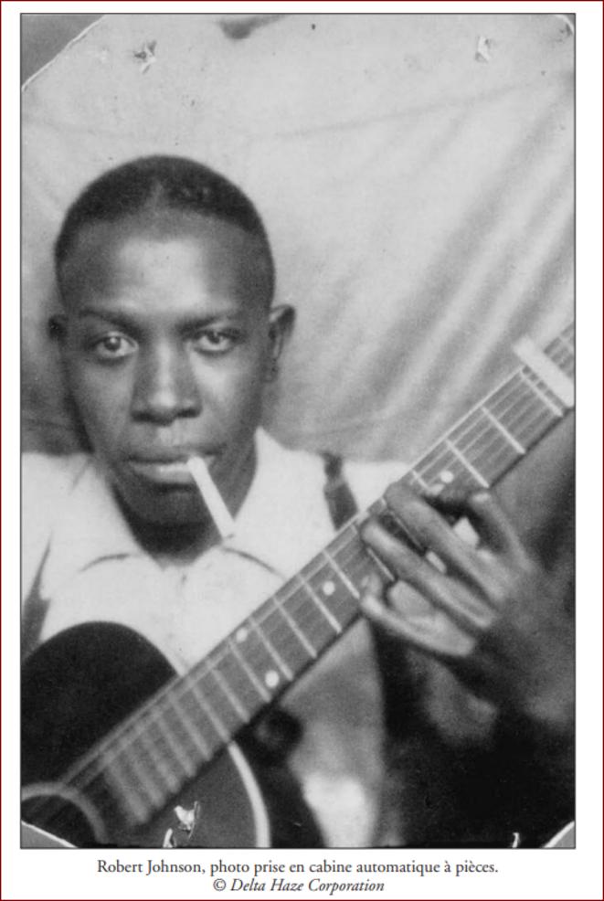 Robert Johnson en 1935 dans une cabine à pièces © Delta Haze Corporation