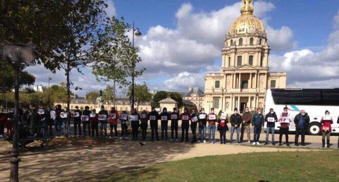 Le Collectif pour la dérogation du visa regroupement familial, lors d'un rassemblement à Paris. © KB.