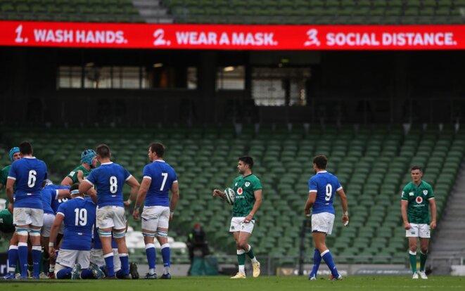 Des messages de prévention lors d'un match du Tournoi des Six Nations entre l'Irlande et l'Italie, à Dublin, le 24 octobre 2020. © Brian Lawless/POOL/AFP