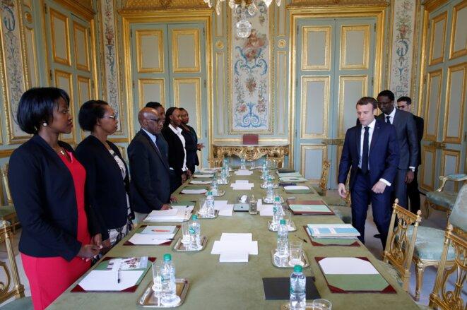 Emmanuel Macron rencontre des membres de l'association Ibuka. © Philippe Wojazer/Pool/AFP