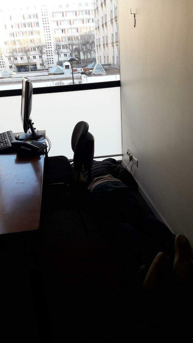 Un personne 'mobilisée', dormant dans mon bureau fracturé du centre Cassin après une nuit d'occupation vraisemblablement arrosée, 10 décembre 2019