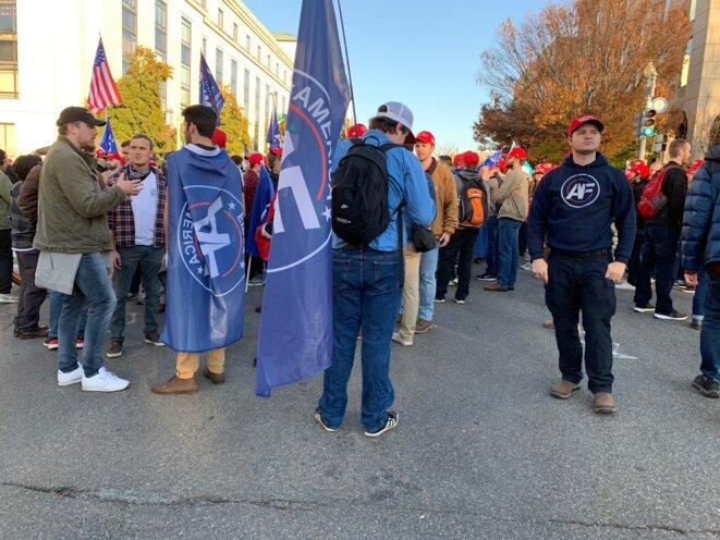 Le logo « AF », pour « America First », sur les drapeaux et les polos, samedi 14 novembre, à Washington. © Patrica Neves/Mediapart