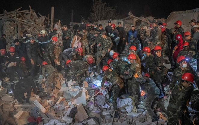 La Sécurité Civile à l'œuvre au centre-ville de Ganja après un bombardement