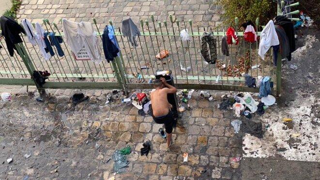 Robinet pour se doucher au Camp Saint-Denis devant le Stade de France © Mortaza Behboudi