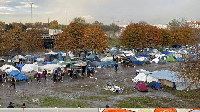 Camp Saint-Denis devant le Stade de France © Mortaza Behboudi