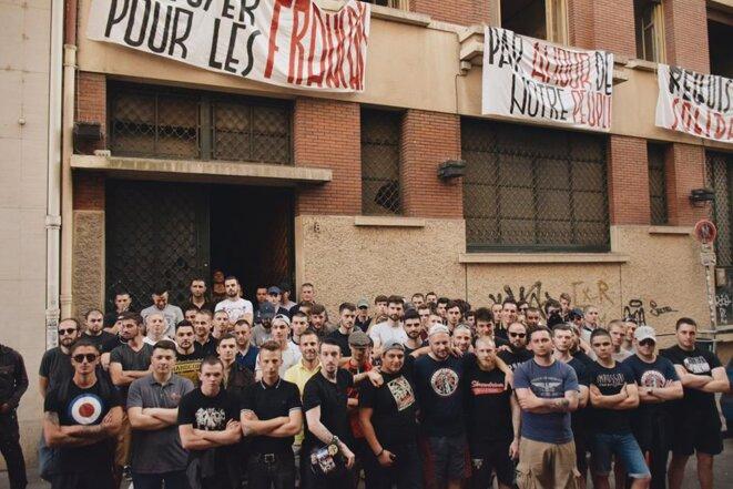 Des militants du Bastion social devant le bâtiment désaffecté qu'ils avaient investi à Lyon, le 27 mai 2017. Une occupation qui avait marqué la création du groupuscule. © Bastion social