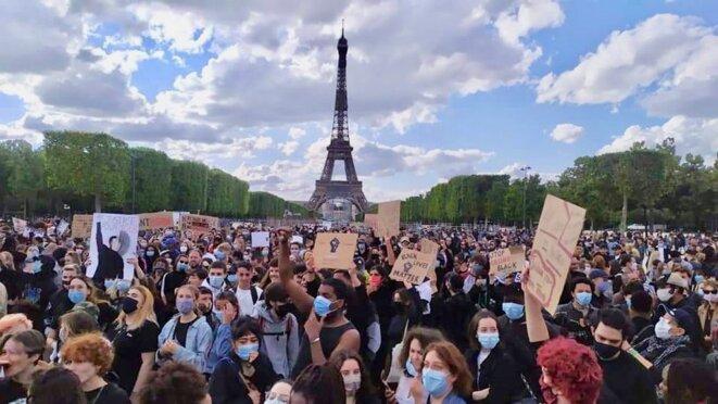 Rassemblement contre les violences et le racisme policiers, le 6 juin 2020 sur le Champ-de-Mars, à Paris, à l'appel du collectif Vies Volées et d'autres familles de victimes.