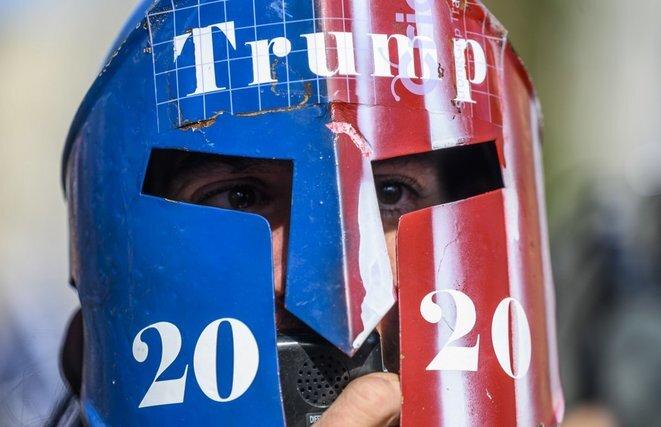 Un partidario de Donald Trump cerca de la Casa Blanca el viernes 13 de noviembre. © Andrew Caballero-Reynolds/AFP