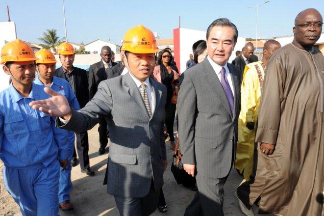 Le ministre des affaires étrangères chinois Wang Yi (deuxième à droite) visite le chantier du musée des civilisations noires de Dakar en 2014. © Seyllou Seyllou/AFP