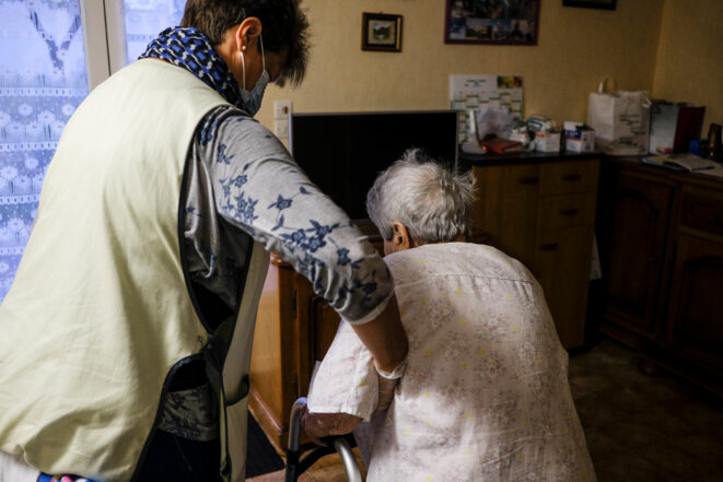 Une aide à domicile dans le Maine-et-Loire en septembre 2020. © Jean-Michel Delage /Hans Lucas/AFP