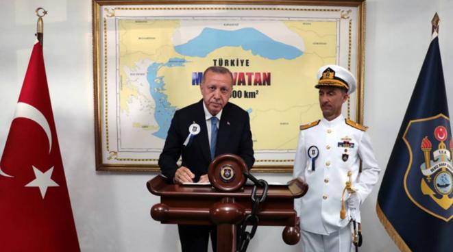 Recep Tayyip Erdogan devant la carte du «Pays bleu» (Mavi Vatan), le 31 août 2019 lors d'une remise de diplômes à l'université militaire de Tuzla, dans la banlieue d'Istanbul. © Anadoli Agency