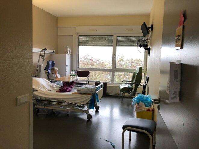 Une patiente hospitalisée dans l'unité Covid de Riaumont. © CCC