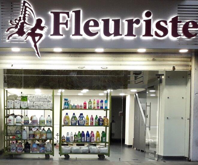 Fleuriste qui a reconverti en urgence son échoppe en magasin de produits ménagers durant la crise sanitaire. Ras al-Nabaa, Beyrouth (Liban). © Guillaume de Vaulx