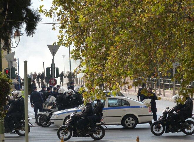 Derrière l'université nationale d'Athènes à Panepistimio, encadrée par la police, le fond de la rue disparait sous les gaz lacrymogènes. © Coline Englebert